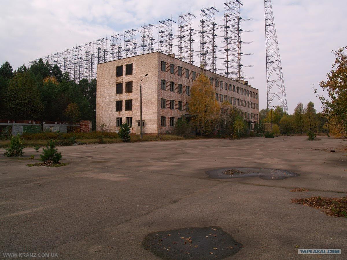 Edificio de la estación receptora, junto a la antena receptora